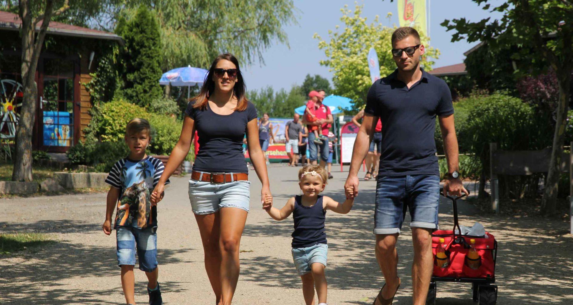 Familie mit Kindern im Sonnenlandpark bbei Leipzig