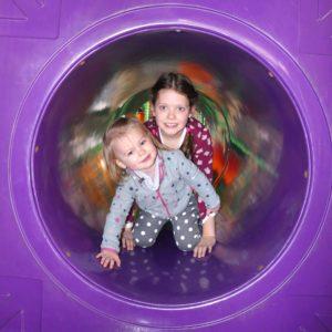 Kinder spielen im Tunnel im Sonnenlandpark