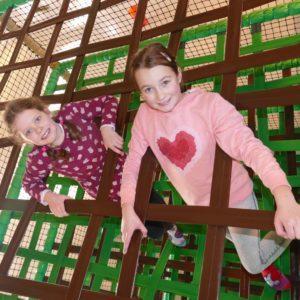 Mädchen klettern im Kletterturm im Sonnenlandpark
